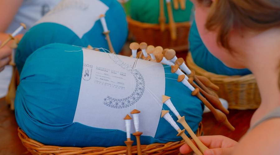 V Idrijo na izlet med 35. Festivalom idrijske čipke - za družine, ljubitelje čipk in dobre zabave!