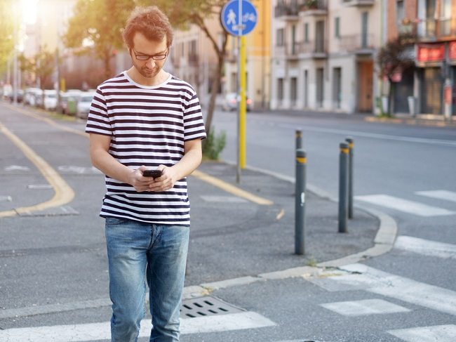 Kranj ima prvi v Sloveniji talni semafor -za varnost tistih, ki tudi ob prečkanju ceste gledajo v telefon