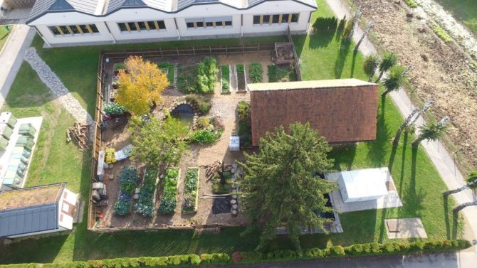 Na OŠ Markovci v okviru projekta Eathink šolski ekovrt nadgradili z zbiralnikom deževnice