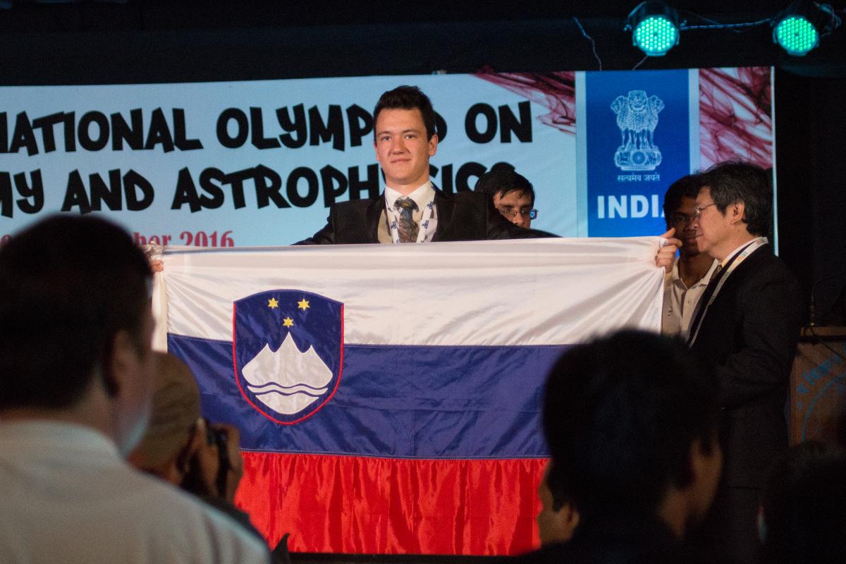 Slovenski dijaki pobrali odlikovanja na Mednarodni olimpijadi iz astronomije