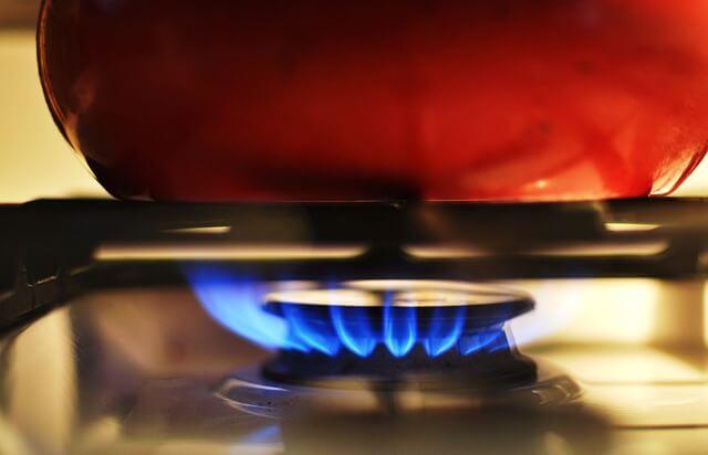 V letu dni maloprodajna cena plina za gospodinjstva višja, za ostale pa nižja