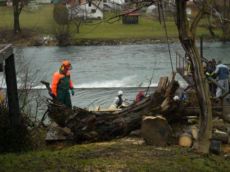 Čistilna akcija urejanja brežin in struge reke Krke