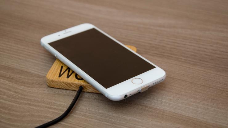 Dijaka iz Škofje Loke z lesenim brezžičnim polnilcem za telefon na Kickstarterju