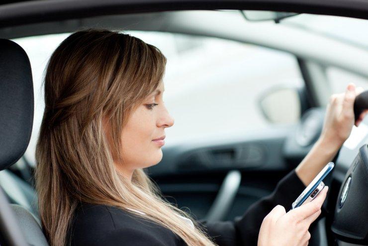 Telefoniranje med vožnjo: 'Oči gledajo, a možgani ne vidijo'