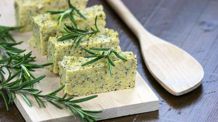 Zeliščna polenta s sirom