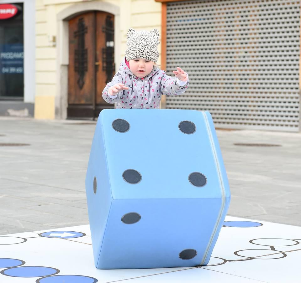 Več sto otrok je uživalo na največjem otroškem igrišču na prostem