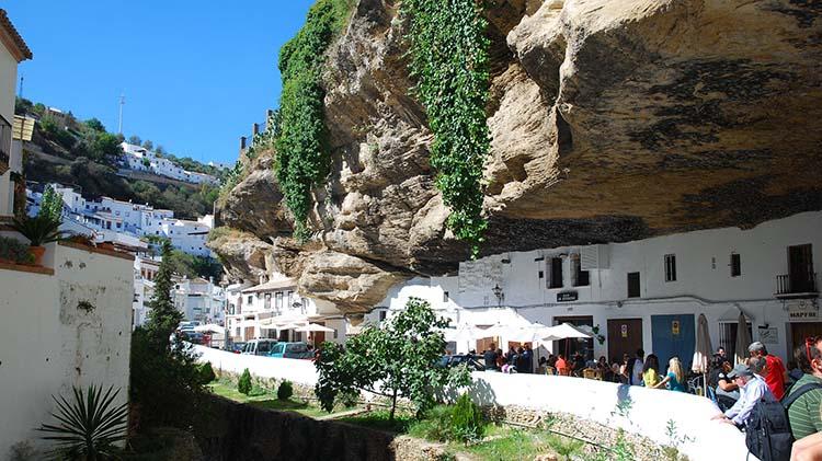Nenavadni kraji: Setenil de las Bodegas – mesto, kjer ljudje živijo dobesedno pod skalo