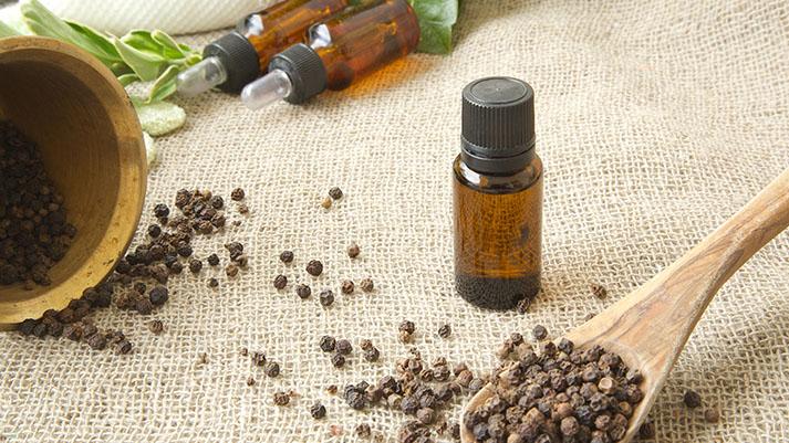 Eterično olje črnega popra – olje, ki pomaga pri okužbah, izloča iz telesa toksine in ustavi željo po kajenju