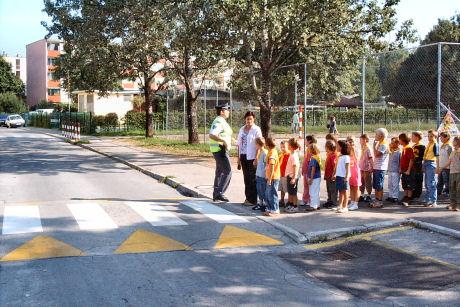 Otroci se na šolske poti vračajo razigrani, zato pazimo nanje!