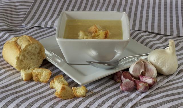Star recept proti prehladu: juha s česnom in ingverjem