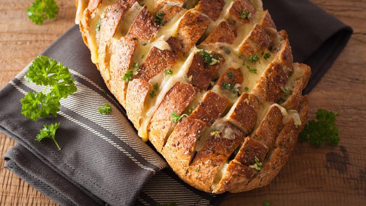 Hrustljav sirov hlebček za obiske – čeprav ga boste želeli pojesti sami!