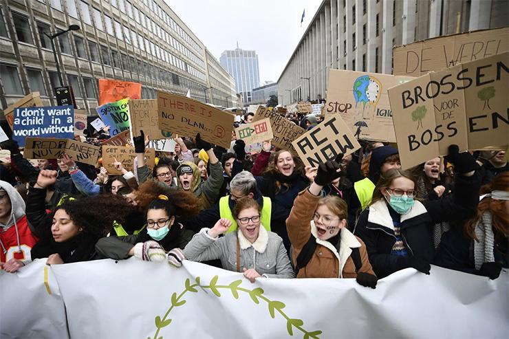 Na 10.000 najstnic po Evropi protestira proti podnebnim spremembam
