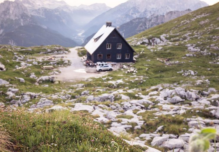 Pred sezono: Vedno več ljudi v gorah pomeni potrebo po več vzdrževanja