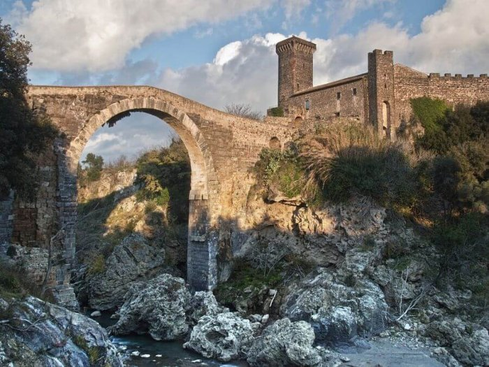 Lokacije snemanja serije Ime rože po romanu Umberta Eca vas bodo ponesle v srednjeveško Italijo