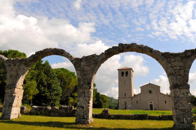 Vas mika življenje v mirni vasici na jugu Italije? Bonus: 700 evrov na mesec!