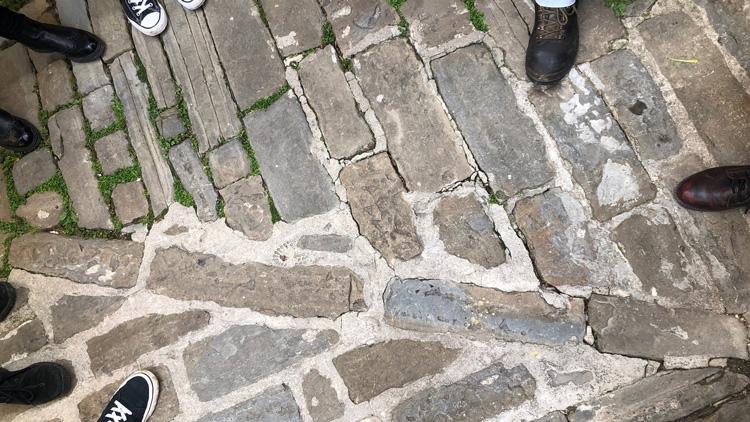 Piranska kamnita preproga vabi k pogledom v tla