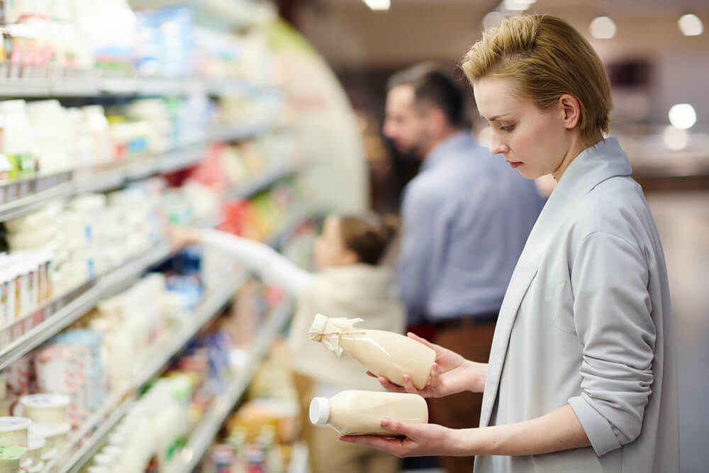 Osveščeni potrošniki gledajo na embalažo mleka
