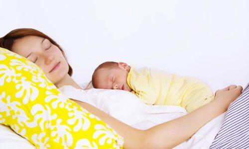 Otroci naj bi do 3. leta spali pri mami?
